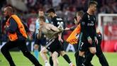 Usai pertandingan leg pertama yang dimenangi Real Madrid 2-1, sejumlah suporter masuk ke lapangan Allianz Arena. Selanjutnya Madrid akan menjamu Bayern Munchen pada Selasa (1/5). (REUTERS/Michael Dalder)