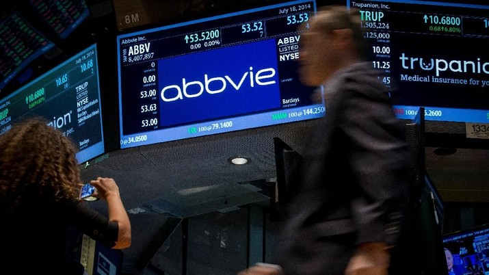 FILE PHOTO: A screen displays the share price for pharmaceutical maker AbbVie on the floor of the New York Stock Exchange July 18, 2014. REUTERS/Brendan McDermid
