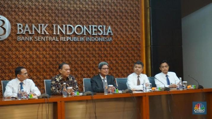 FOTO : Gubernur BI Tak Ragu Naikkan Suku Bunga Acuan