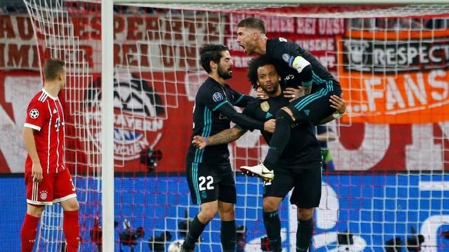 Real Madrid sukses menyamakan kedudukan pada menit ke-44 melalui gol Marcelo yang membobol gawang Bayern Munchen lewat tendangan dari luar kotak penalti. (REUTERS/Michaela Rehle)