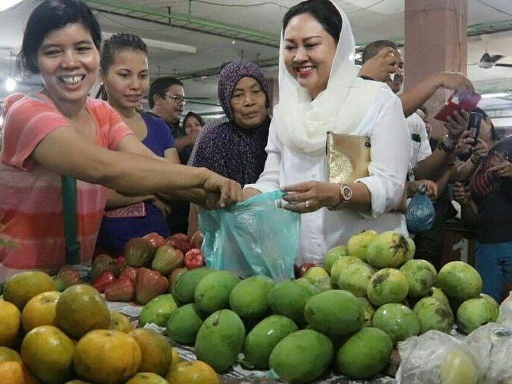 Tidak lengkap rasanya kalau ke Medan tidak membeli jeruk Medan. Dengan ekspresi bahagia, Happy terlihat membeli satu kantung plastik jeruk di pasar.Foto: Instagram @happydjarot