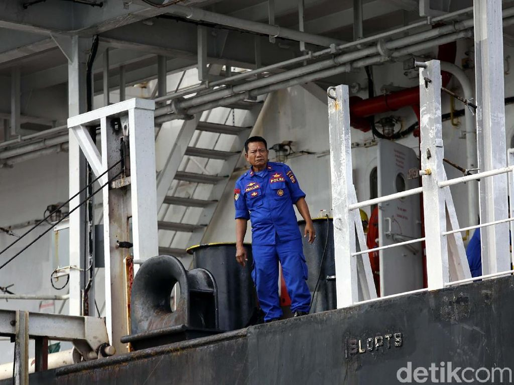 Polisi laut berjaga di Kapal MV Ever Judger penyebab kebocoran Pipa Minyak Pertamina di Teluk Balikpapan, Kamis (26/4/2018).
