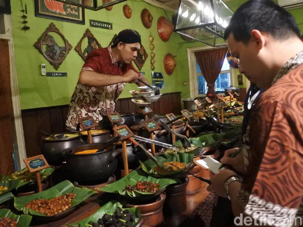 Dengan sigap para pelayan di restoran Mbah Jingkrak mencatat dan melayani semua pesanan, dari Angga dan teman-teman kantornya. Foto: dok. detikFood