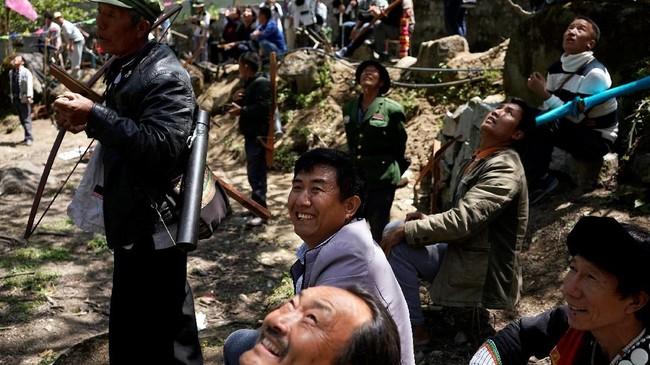 Bagi kebanyakan masyarakat Desa Lisu, memanah berarti berupaya mempertahankan kehidupan sehari-hari.(REUTERS/Aly Song)