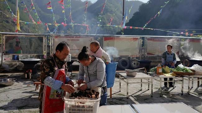Namun masyarakat yang tersisa di Desa Lisu menginginkan tradisi ini tetap bertahan. (REUTERS/Aly Song)