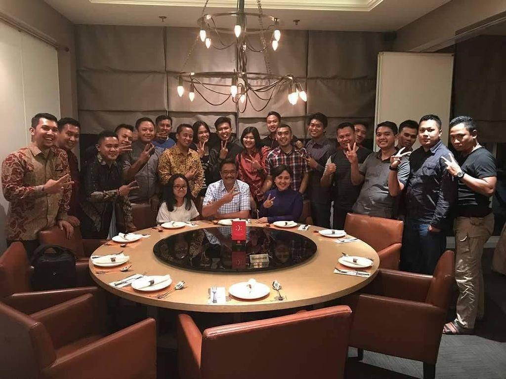 Setelah pilkada DKI Jakarta usai, Happy dan Djarot mengajak tim suksesnya makan di sebuah restoran. Kira-kira apa ya yang mereka makan kala itu? Foto: Instagram @happydjarot