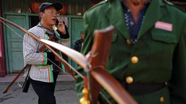 Memanah menjadi kebutuhan karena pemerintah melarang penjualan pisau dapur pada fase politik. (REUTERS/Aly Song)