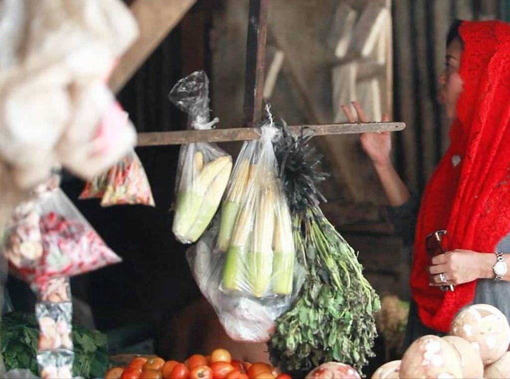 Ternyata istri mantan Gubernur DKI Jakarta itu sering masak. Sehabis pengajian pagi di rumah warga, saya ke pasar seperti biasa belanja untuk masak di rumah, tulisnya. Foto: Instagram @happydjarot