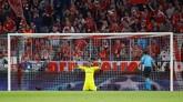 Kiper Real Madrid Keylor Navas melakukan ritual sebelum pertandingan semifinal leg pertama Liga Champions melawan Bayern Munchen di Allianz Arena. (REUTERS/Kai Pfaffenbach)
