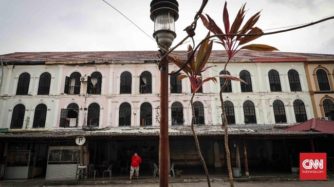 Bangunan-bangunan bertingkat yang bergaya Eropa kini tak ada penghuninya. Restoran dan bar yang biasanya penuh sesak kini kosong melompong.