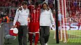 Kekuatan Bayern Munchen semakin berkurang di lini belakang setelah Jerome Boateng mengalami cedera dan ditarik keluar pada menit ke-34. (REUTERS/Michael Dalder)