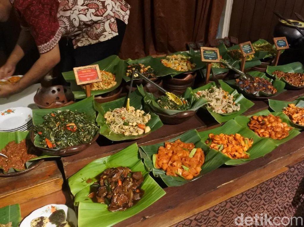Restoran Mbah Jingkrak memiliki menu makanan khas Jawa yang sangat banyak dan beragam, rasanya juga enak. Sehingga pilihan Angga jatuh ke restoran yang kental dengan budaya Jawa ini. Foto: dok. detikFood