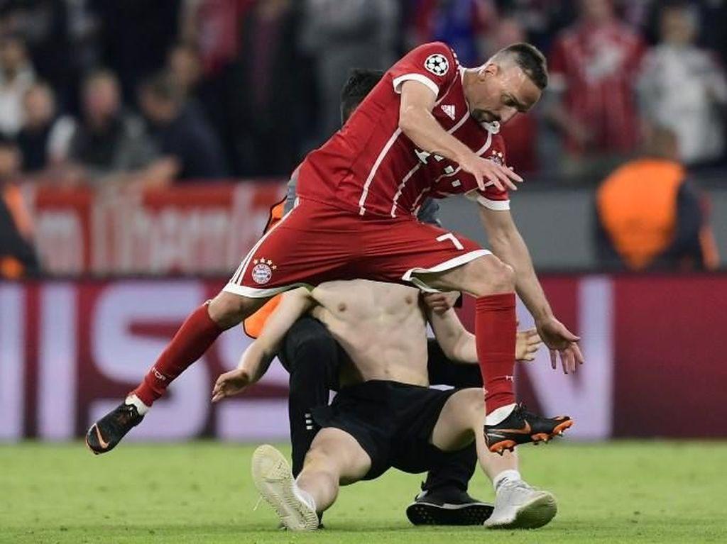 Foto: Aksi Tarik dan Tekel Penyusup Lapangan kepada Ribery