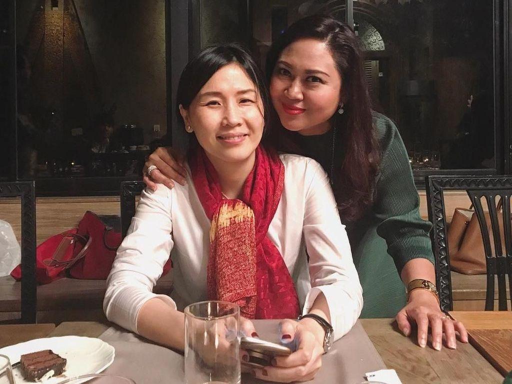 Happy juga akrab dengan mantan istri Ahok, Veronica Tan. Saat itu ia tengah merayakan ulang tahun Veronica. Terlihat sepotong kue cokelat di sana. Foto: Instagram @happydjarot