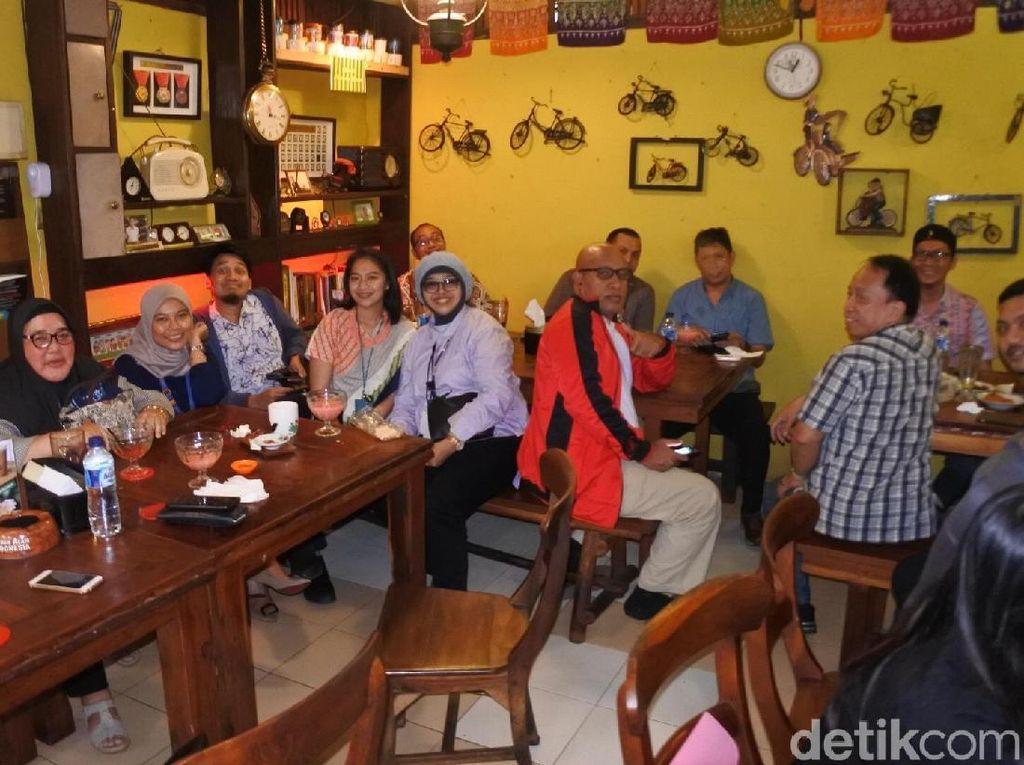 Membawa 16 teman kantor dari divisi yang sama, Angga memilih restoran Mbah Jingkrak di wilayah Setiabudi, Jakarta Selatan, sebagai tempat makan siangnya. Foto: dok. detikFood