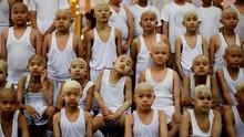 FOTO: Bocah-bocah Berkepala Plontos Menuju Biksu Cilik