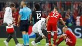 Laga baru berjalan delapan menit Bayern Munchen sudah harus kehilangan winger Arjen Robben karena cedera. Posisi Robben kemudian digantikan Thiago Alcantara. (REUTERS/Kai Pfaffenbach)