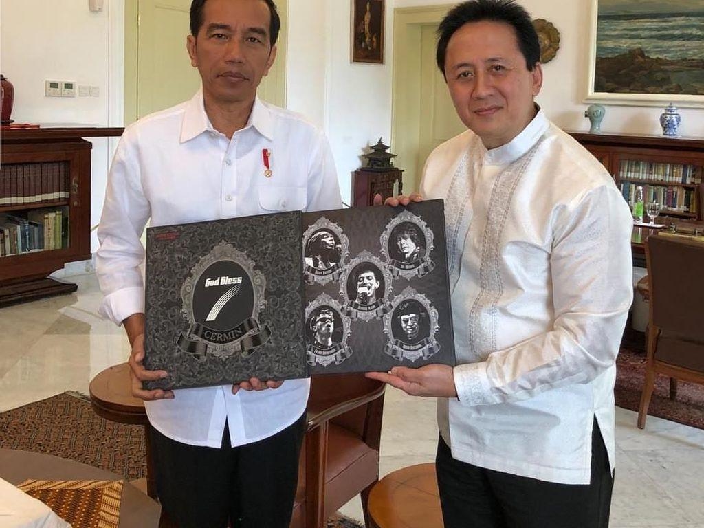 Kepala Badan Ekonomi Kreatif Triawan Munaf menyambangi Istana Bogor memberi Presiden Jokowi piringan hitam dan CD band God Bless berjudul 'Cermin 7' di Istana Bogor. Album 'Cermin 7' termasuk edisi terbatas. Jokowi pun melaporkan penerimaan hadiah itu sebagai gratifikasi ke KPK. Namun Jokowi mengganti vinyl itu seharga Rp 11 juta. (Foto: dok. Instagram/triawanmunaf)