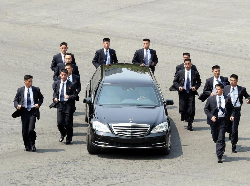 Aksi Pengawal Kim Jong-Un yang Bikin Netizen Gagal Fokus