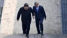 Kim Jong-un Sempat Gandeng Moon Jae-in ke Wilayah Korut