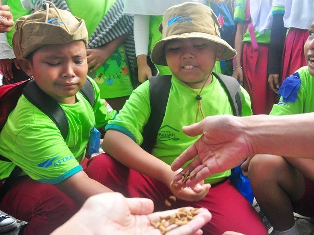 Anak-anak memegang beberapa belatung (maggot) yang dimanfaatkan untuk pengolahan sampah organik sekaligus sebagai pakan ternak ikan maupun ayam di KBA Depok pada Festival KBA di Cibinong, Bogor (28/4). Foto: dok. Astra Internasional
