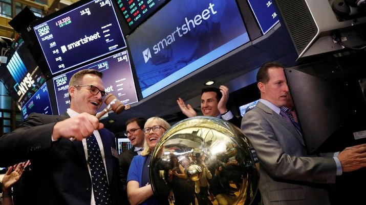 Smartsheet Inc. President and CEO Mark Mader rings a ceremonial bell to celebrate his company's IPO on the floor of the New York Stock Exchange (NYSE) in New York, U.S., April 27, 2018. REUTERS/Brendan McDermid