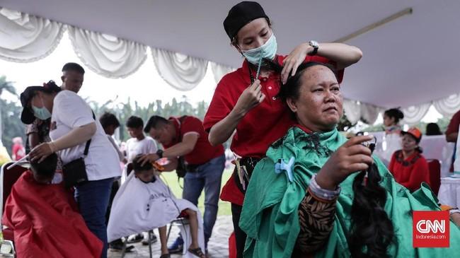 Selain sunat gratis, ada pula bakti sosial yang diadakan seperti potong rambut secara cuma-cuma, hingga refleksi, dan makeup gratis. (CNN Indonesia/ Hesti Rika)
