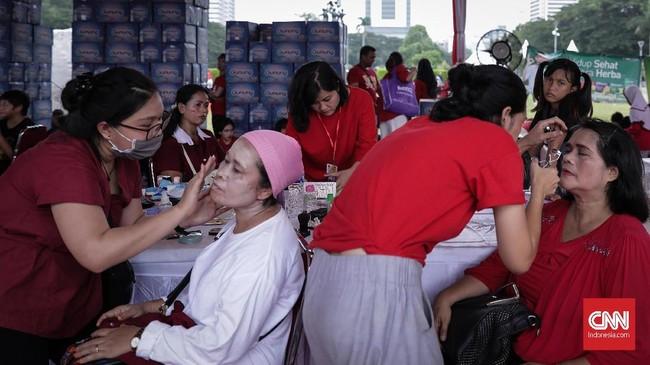 Sejumlah ibu-ibu tampak antusias mengunjungi stan untuk dirias secara gratis. Seperti tema yang diusungnya, sejumlah pengunjung dan panitia kompak mengenakan baju warna merah-putih. (CNN Indonesia/ Hesti Rika)