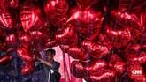 Di salah satu sudut stan, panitia Pesta Rakyat 'Untukmu Indonesia' tampak bersiap membagikan balon merah putih untuk warga. Pembagian balon menjadi satu dari beberapa rangkaian acara di gelaran yang berlangsung di festival ini. (CNN Indonesia/ Hesti Rika)