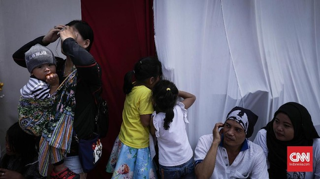 Digelar sejak pagi, sejumlah warga yang datang berdesak masuk dan ada yang sempat tertahan di pintu masuk. Dari pantauan CNNIndonesia.com,gelaran yang diusung Forum Untukmu Indonesia ini dihadiri sekitar ribuan warga yang ramai dan membuat riuh.(CNN Indonesia/ Hesti Rika)