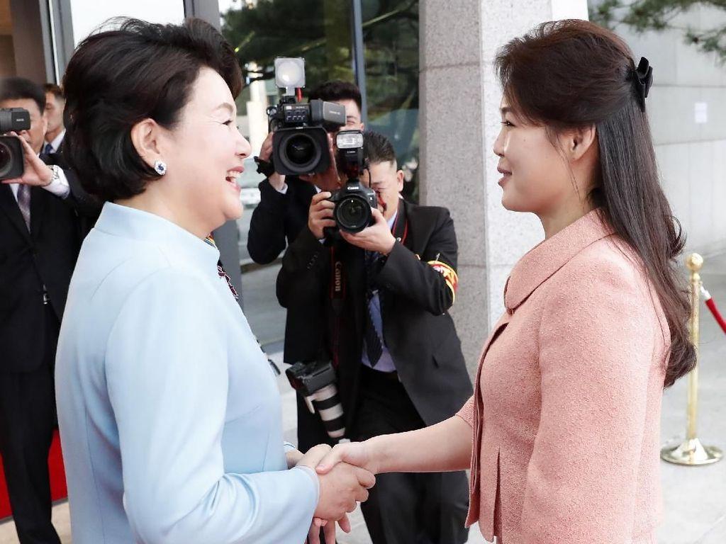 Diplomasi Fashion ala Ibu Negara Korsel dan Korut di Pertemuan Bersejarah