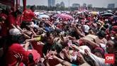 Di antara agenda acara 'Untukmu Indonesia', pembagian sembako menjadi yang paling riuh. Ratusan warga mengantri untuk menukarkan kupon makan dan rela berdesakan. (CNN Indonesia/ Hesti Rika)