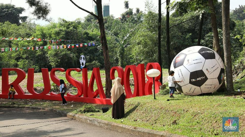 Jakarta, CNBC Indonesia- Jelang piala dunia 2018 warga Komplek Mutiara, Sentul, Jawa Barat, mendekorasi pemukiman mereka menjadi kampung bola.