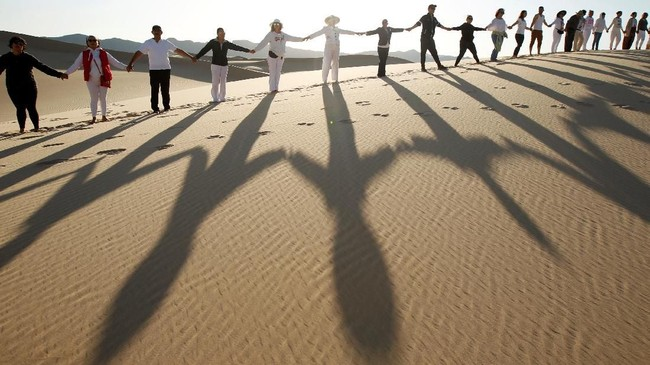 Aktivitas Yoga yang identik dengan keteduhan kali ini dilakukan di tengah hawa panas padang pasir. Meski berbeda dari biasanya,aktivitas ini menjaditujuan favorit para wisatawan.