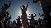Melakukan aktivitas yoga ditengah hawa panasdiyakini dapat menambah energi di dalam tubuh. Tak heran, banyak warga yang berminatyoga di padang pasir.