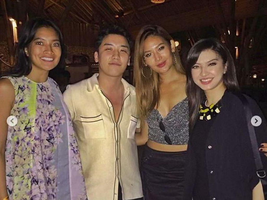 Selain Raline, Seungri pernah juga berfoto bersama Anindya Kusuma Putri dan Maria Selena di Bali. Dok. Instagram/anindyakputri
