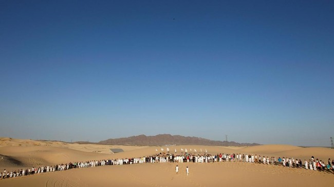 Ratusan warga berpartisipasi dalamlatihanyoga yangterselenggaradi Bukit Samalayuca, pinggiran Ciudad Juarez, Meksiko, Sabtu (28/4).