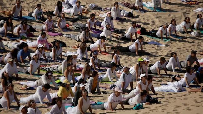 ratusan peserta melakukan aktivitas yoga massal dan menelungkup di atas padang pasirdi Bukit Samalayuca, Meksiko.