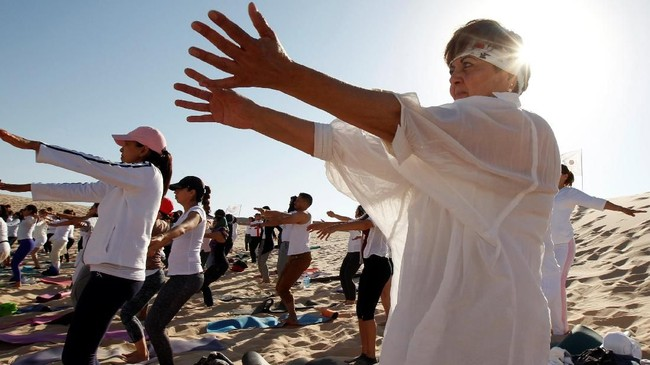 Penggemar yoga berpartisipasi dalam latihan yoga yang terselenggara di Bukit Samalayuca, Meksiko, Sabtu (28/4).