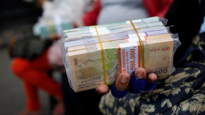 Indonesian rupiah banknotes are counted at a money changers in Jakarta, Indonesia April 25, 2018. REUTERS/Willy Kurniawan
