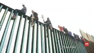 VIDEO: Demonstran Duduki Pagar Perbatasan Meksiko-AS