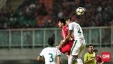 Lini pertahanan Timnas Indonesia yang dikomandoi Hansamu Yama Pranata berhasil membuat gawang Awan Setho tidak kebobolan saat melawan timnas Korea Utara. (CNN Indonesia/Andry Novelino)