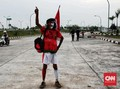 Tampil Nyentrik Demi Dongkrak Semangat Timnas Indonesia