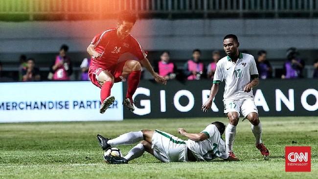 Pelatih Timnas Indonesia Luis Milla melakukan sejumlah perubahan dari susunan pemain ketika dikalahkan Bahrain, salah satunya menjadikan Saddil Ramdani (kanan) sebagai starter saat melawan Korea Utara. (CNN Indonesia/Andry Novelino)