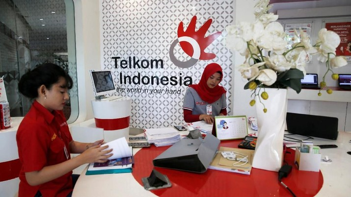Employees of Indonesia's largest telecommunications services company PT Telekomunikasi Indonesia (Telkom) work at Plasa Telkom building in Jakarta, April 30, 2018. REUTERS/Beawiharta