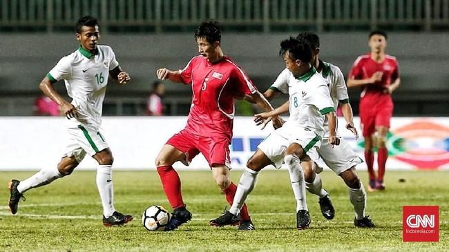 Lini tengah Timnas Indonesia yang dihuni Zulfiandi (kiri) dan Muhammad Hargianto (kanan) sukses meredam permainan cepat Korea Utara. (CNN Indonesia/Andry Novelino)
