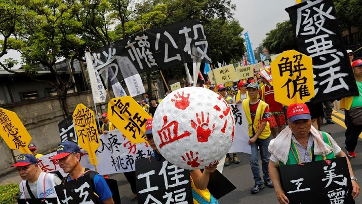 Protesters take part in a Labour Day protest to voice dissatisfaction with their government's labour policies, in Taipei, Taiwan May 1, 2018. REUTERS/Tyrone Siu