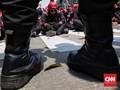 FOTO: Gemuruh Buruh dari Seberang Gerbang Istana