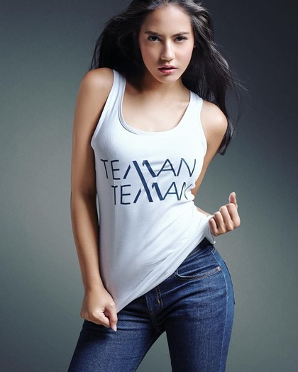 Foto: Deretan Gaya Simpel Tapi Memikat Pevita Pearce Hanya Pakai Kaus