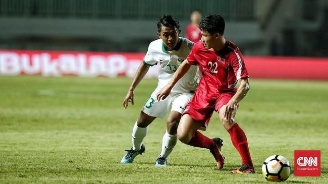 Sejumlah peluang yang dibuat Febri Hariyadi juga gagal membuahkan gol untuk Timnas Indonesia. Padahal permainan pemain Persib Bandung itu mampu merepotkan lini pertahanan Korea Utara. (CNN Indonesia/Andry Novelino)